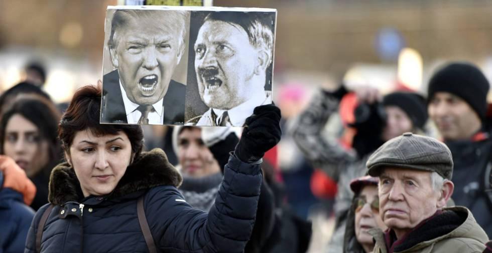 Manifestantes en Helsinki (Finlandia) con pancartas donde equiparan a Trump con Hitler, el 21 de enero de 2017.