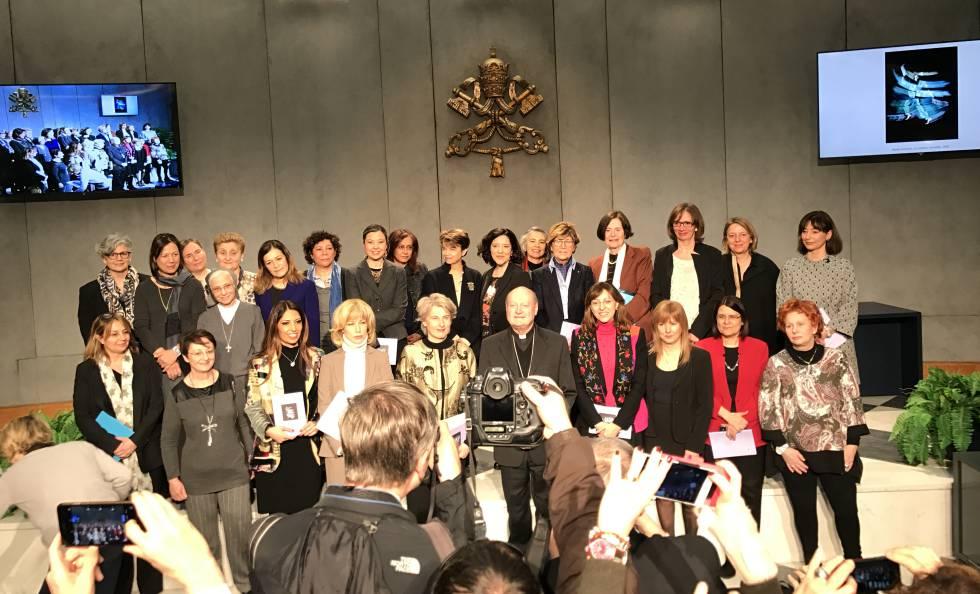 El cardenal Ravasi, junto a las mujeres que integran la Consulta Femenina.