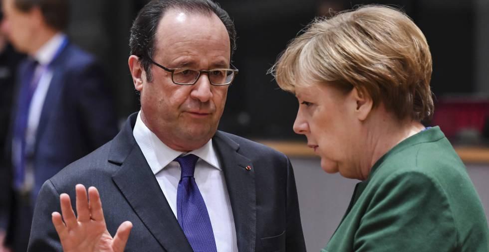 François Hollande conversa con Angela Merkel durante la cumbre de Bruselas.
