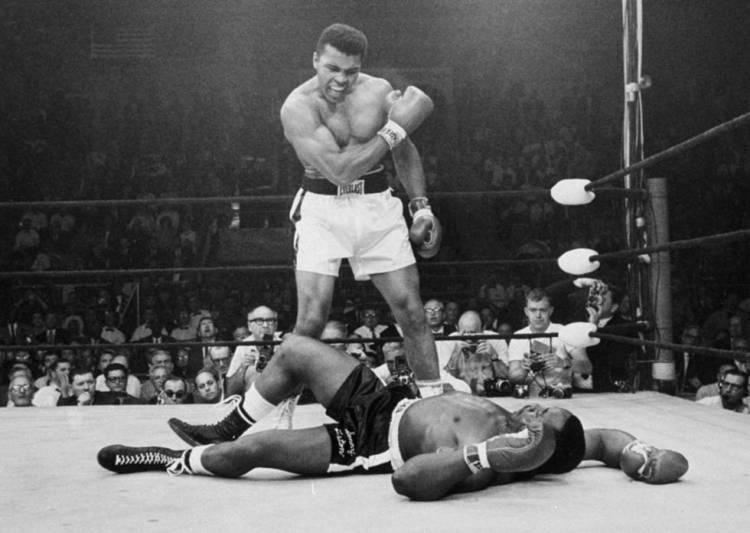 Muhammad Ali en un combate contra Sonny Liston en 1965.