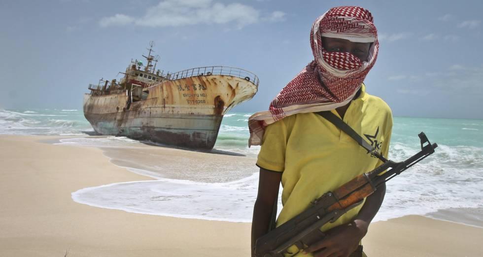 Foto de archivo de un pirata somalí junto a un barco de Taiwan capturado en 2012.