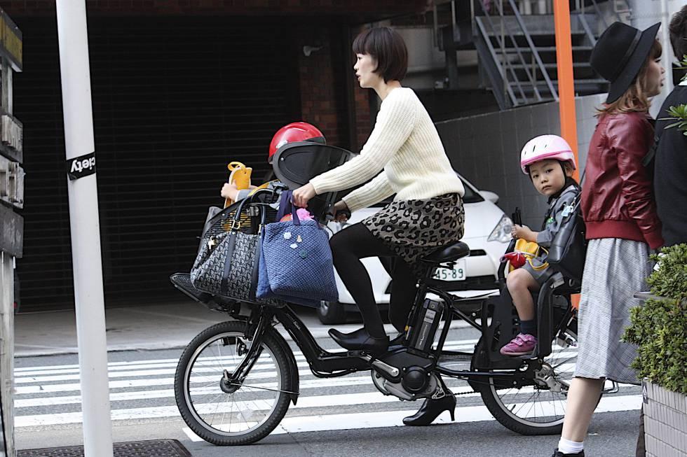 Madre joven en el barrio de Shibuya, Tokio.
