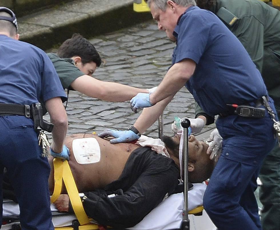 Khalid Masood, el autor del atentado de Londres, atendido por los sanitarios tras ser abatido por la policía.