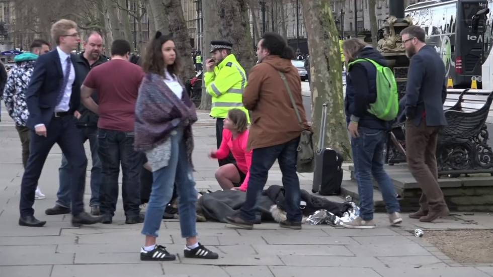 La joven es atendida por transeúntes tras ser rescatada de las aguas del río Támesis tras el atentado.