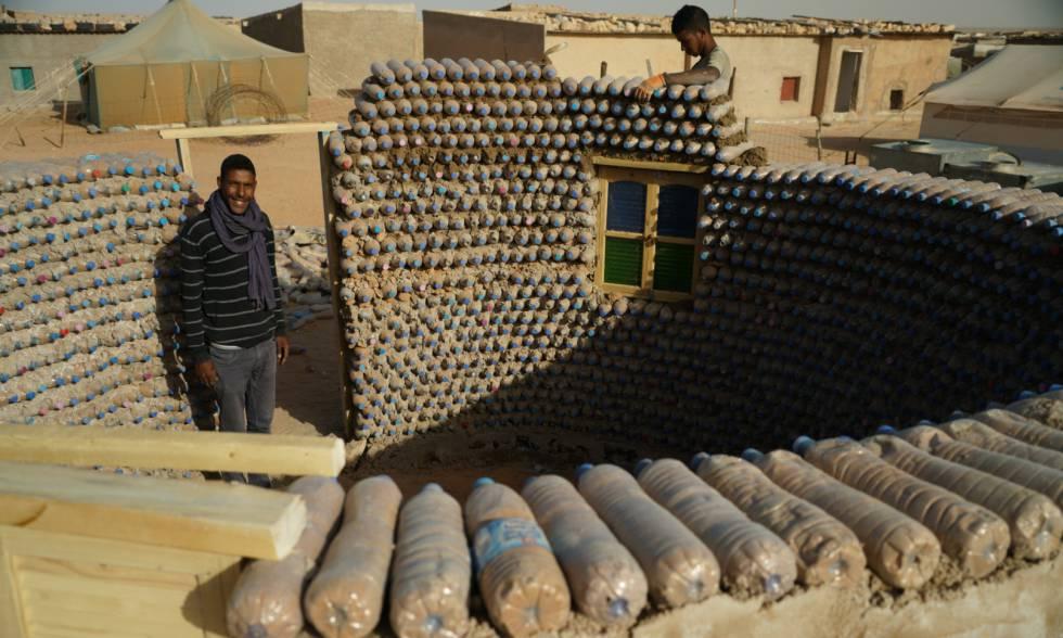Tatah Lehbib en el campamento saharaui de Tinduf, en Argelia, durante la construcción de una de las viviendas que ha ideado.