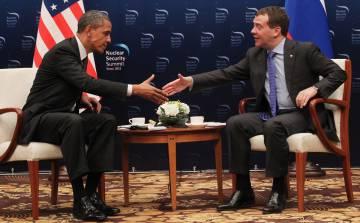 Obama e Medvedev se cumprimentam durante a Cúpula de Segurança Nuclear em Seul, em 2012