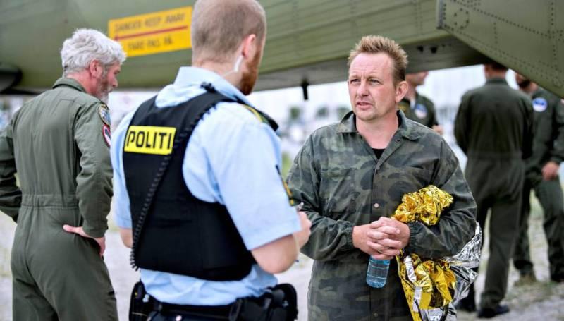 Peter Madsen, com a polícia após ser resgatado.