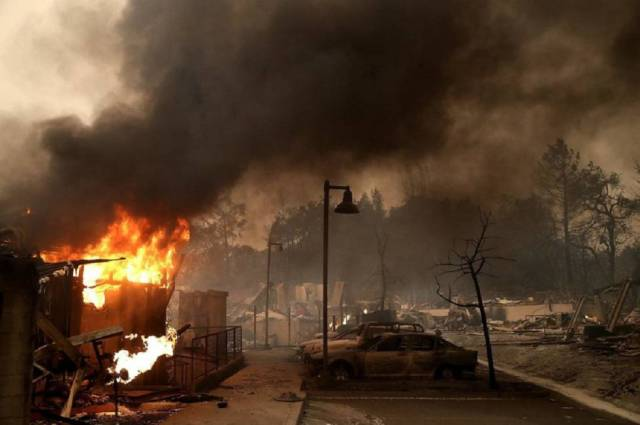 Coches calcinados por el fuego en Santa Rosa, California.