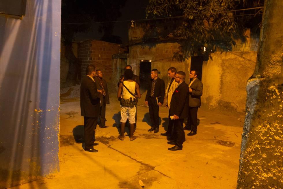 El pastor y sus alumnos evangelizan las favelas de Río durante la madrugada.