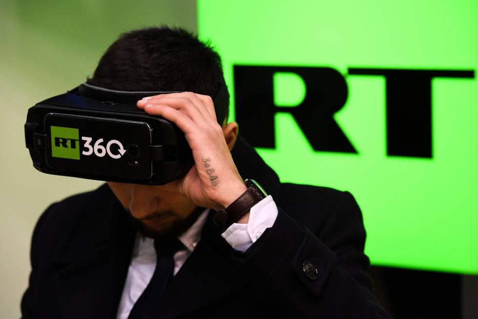 Un hombre prueba unas gafas de realidad virtual en el expositor de RT en una feria de Internet la semana pasada en Moscú.