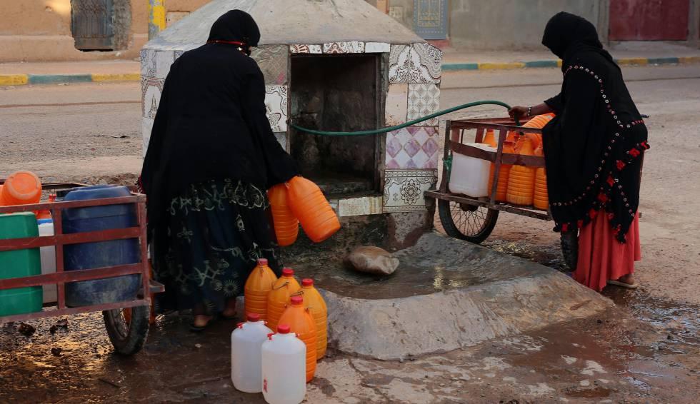 Imagen de archivo de mujeres marroquíes recogen agua en bidones en Zagora, Marruecos.