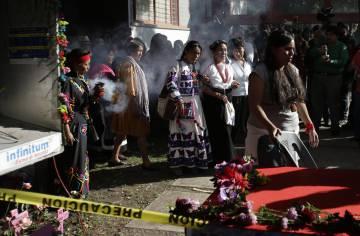 Marichuy (al fondo, de blanco) marcha en la zona de la UNAM donde asesinaron a Lesvy Berlín, una estudiante de la universidad. La madre de la joven acompaña a la aspirante presidencial.