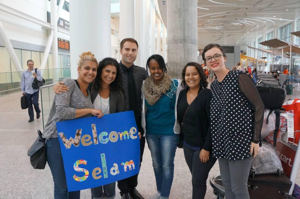 Selam Andemichael con sus patrocinadores en el aeropuerto de Toronto.