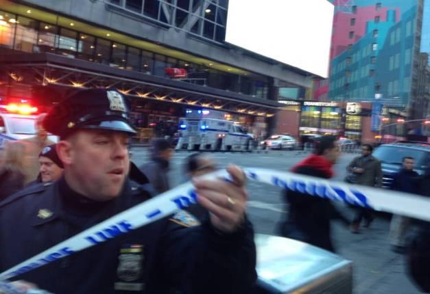 La policía acordona el lugar de la explosión en la estación de autobuses de Port Authority.