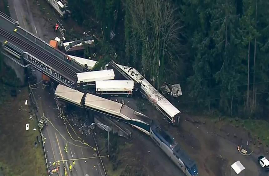 Una imagen aérea del tren descarrilado cerca de Seattle, EE UU.