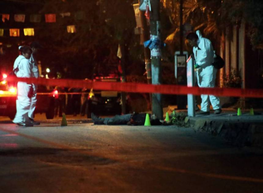 Policía de Morelos precintando la escena de un asesinato