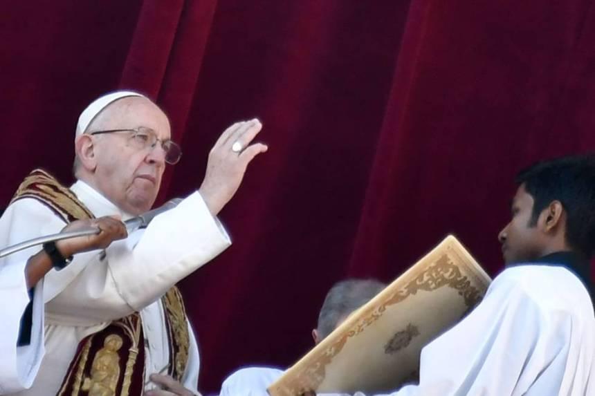 El papa Francisco imparte la bendición 'urbi et orbi' desde el balcón de la basílica de San Pedro este 25 de diciembre.
