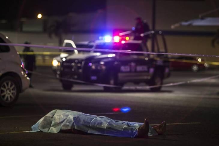Una patrulla resguarda la escena de un crimen en Sinaloa.