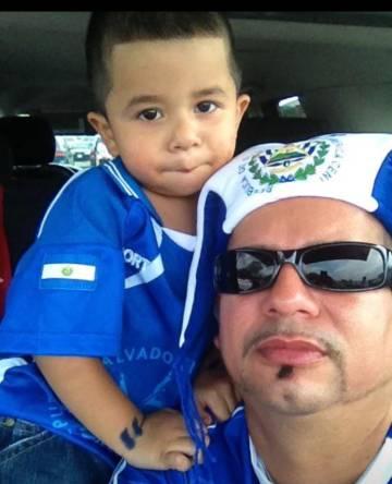 Jorge Escobar, de 46 años, con uno de sus hijos