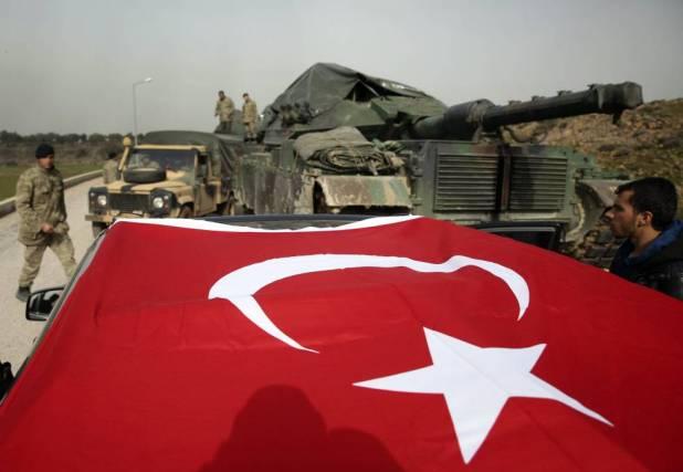 Militares del Ejército turco preparan sus tanques y blindados en las cercanías de la frontera con Siria.