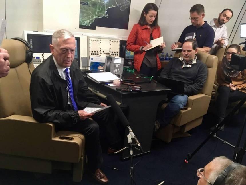 El secretario de Defensa, Jim Mattis, habla con los periodistas en el avión que le conducía a Omán, el domingo.