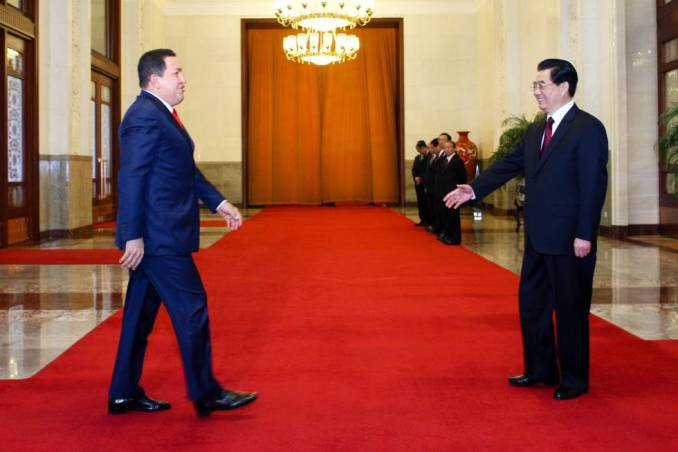 El expresidente de Venezuela Hugo Chávez con su entonces homólogo chino, Hu Jintao, en el Gran Palacio del Pueblo en Pekín, en abril de 2009.