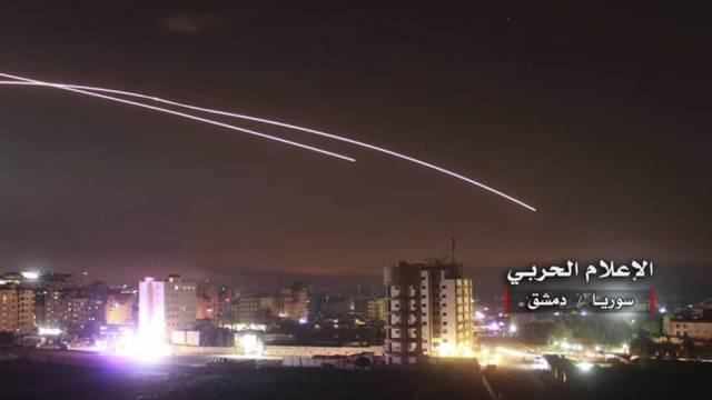 Foto cedida por fuerzas prosirias del ataque con misiles de Israel visto desde  Damasco.