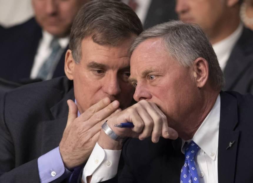 El demócrata Mark Warner, a la izquierda, junto al republicano Richard Burr, vicepresidente y presidente del Comité de Inteligencia del Senado, respectivamente, el pasado 9 de mayo.