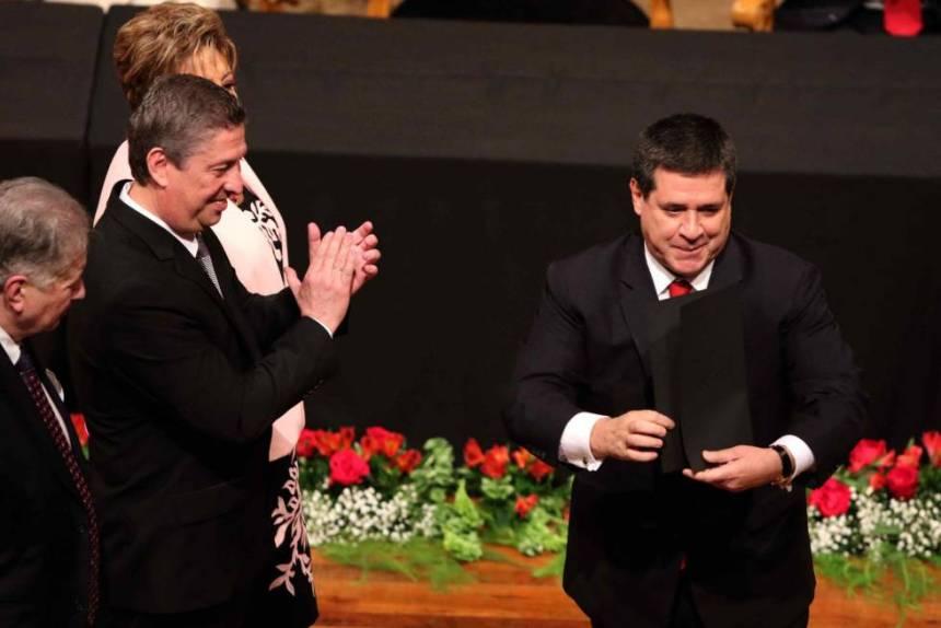 El presidente Horacio Cartes recibe sus credenciales como senador electo, el 25 de mayo de 2018 en Asunción.
