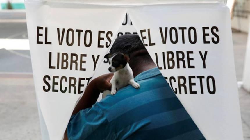 Un elector vota en Texcoco, Estado de México.