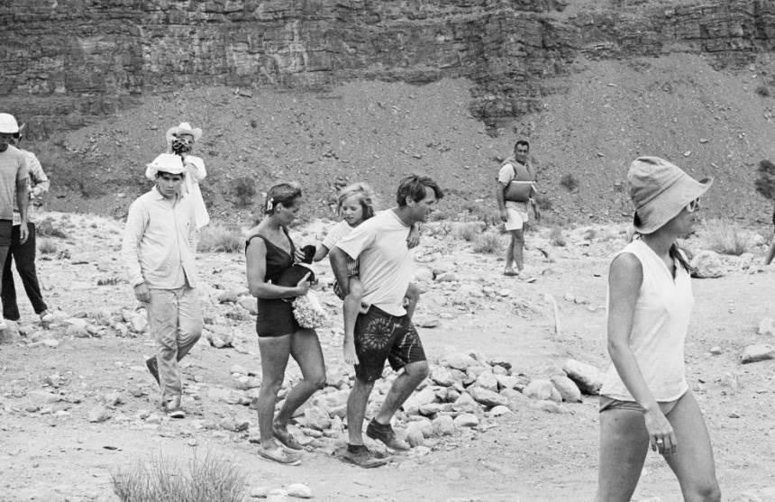 Robert F. Kennedy lleva a su hija Kerry a cuestas en el Gran Cañón, en julio de 1967. A su lado está su esposa, Ethel Kennedy