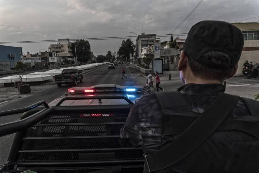 Personal de la policía del estado de Jalisco patrulla la avendia Federalismo una de las principales del primer cuadrode la ciudad.