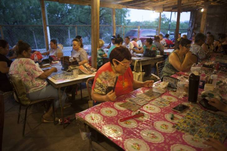 Un grupo de mujeres juegan lotería en Piedras Negras.