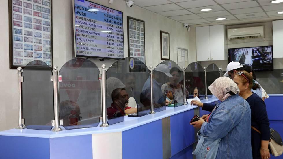 Ciudadanos turcos cambian dinero en en Ankara (Turquía) este viernes.