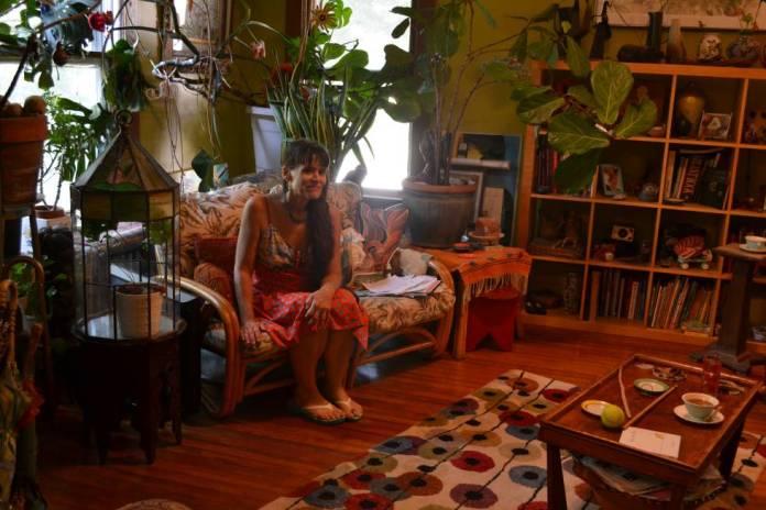 Jenny Stello na sala da sua casa em Takoma Park