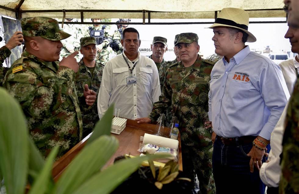 El presidente de Colombia, Iván Duque, conversa con militares.