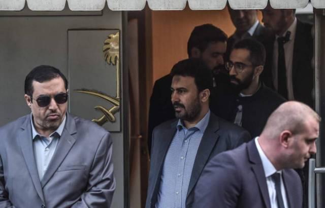 Funcionarios de seguridad saudíes abandonan este martes, ante protestas, el consulado en Turquía.