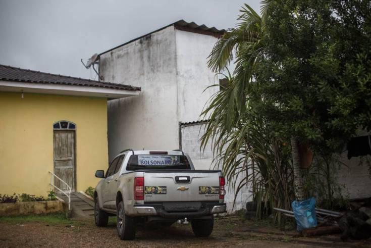 Un coche con propaganda a favor de Bolsonaro, en una plaza de Eldorado