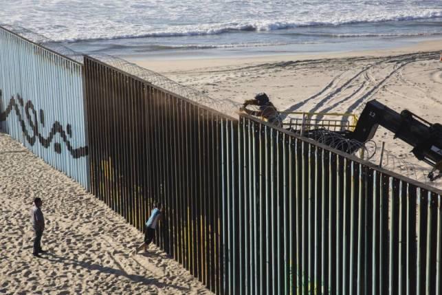Un trabajador refuerza la seguridad de la valla fronteriza de Playas de Tijuana, entre México y Estados Unidos.