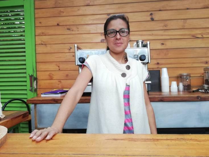 Karina Cancino, ayer en su puesto de café en una clínica de Caracas.