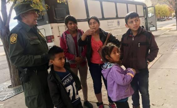 Una familia de inmigrantes centroamericanos, a la puerta de un refugio en El Paso, Texas, el 29 de noviembre.