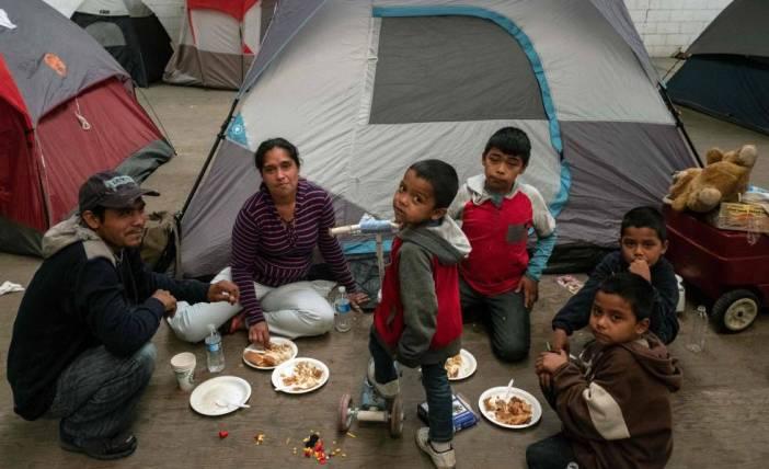 Una familia de Guatemala espera en un refugio de Tijuana para pedir asilo en Estados Unidos, el martes.