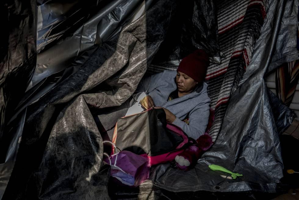 Reina Espinosa, hondureña de 32 años, en un campamento improvisado ante el muro de San Luis Río Colorado.