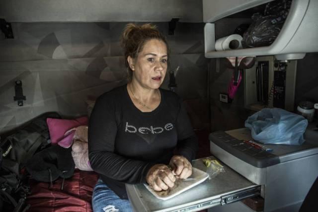 Clara Fragoso se prepara para comer en el interior del tráiler