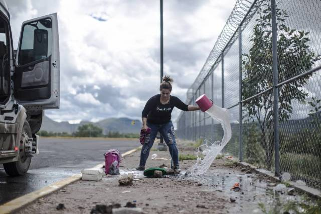Clara Fragoso limpia su tráiler en una de las paradas