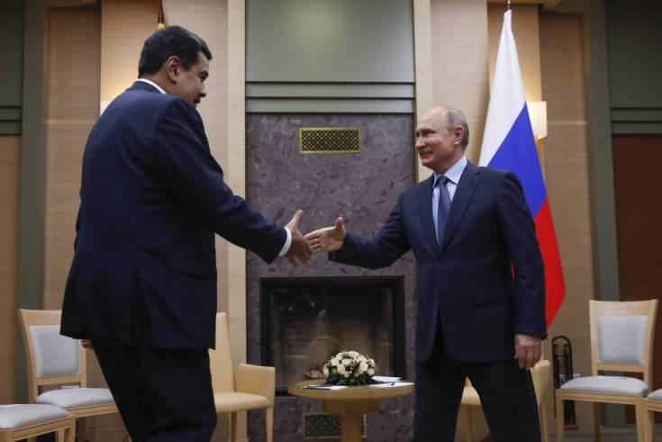 Vladimir Putin (derecha) recibe a Nicolás Maduro en Moscú el 5 de diciembre pasado.