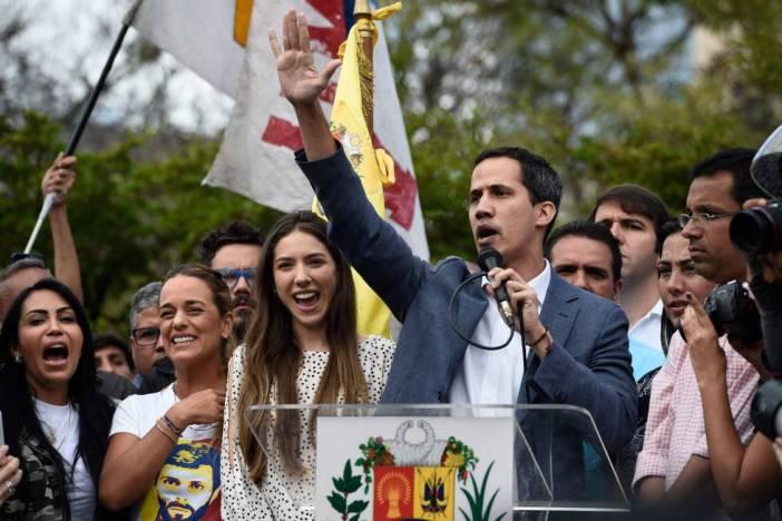 Guaidó, el 26 de enero en Caracas con Lilian Tintori (segunda por la izquierda), esposa de Leopoldo López.