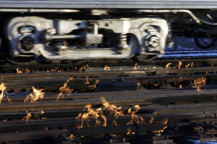 Quemadores de gas calientan las vías férreas para mantener el tráfico de trenes de cercanías en Chicago.