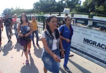 Un grupo de venezolanos en el puente Simón Bolívar.