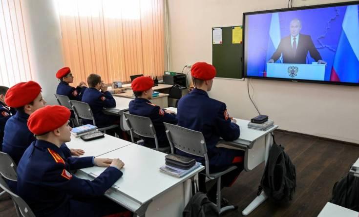 Cadetes del cuerpo de Cosacos ven el discurso de Putin en televisión, este miércoles en Rostov del Don.